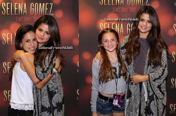 30/10/13 - Selena avec ses fans après le concert de Tampa, en Floride.