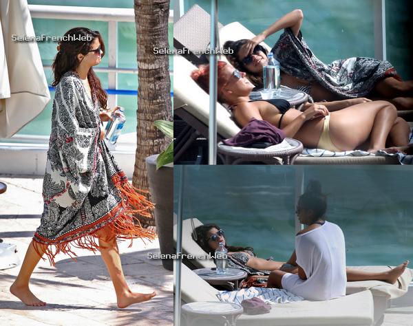 29/10/13 - Selena était à la piscine de son hotel à Miami en Floride.