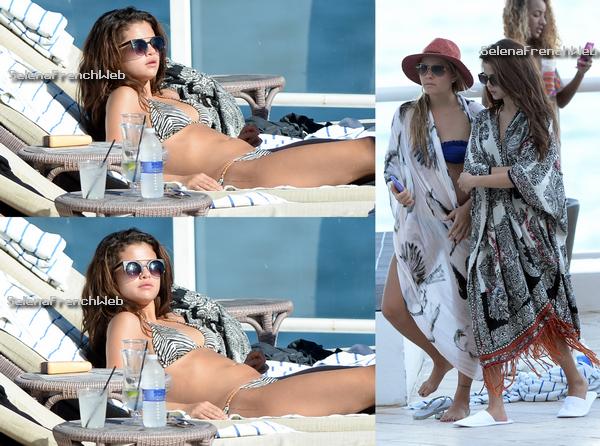 28/10/13 - Selena a été vue à la piscine de son hôtel et à la plage, à Miami en Floride.