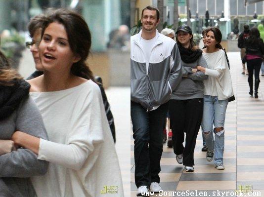 Le samedi 8 Décembre Selena était à Los Angeles avec sa mère et son beau père.
