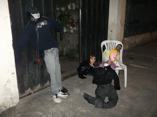 """Les""""años viejos"""" prêts à être brûler pour commencer la nouvelle année du bon pied!"""