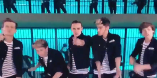 "Voici quelque photo du clip ""Kiss You"""