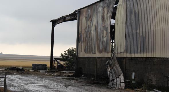 DIMANCHE 29 JUIN 2014 - FEU DE HANGAR AGRICOLE A ANGLURE