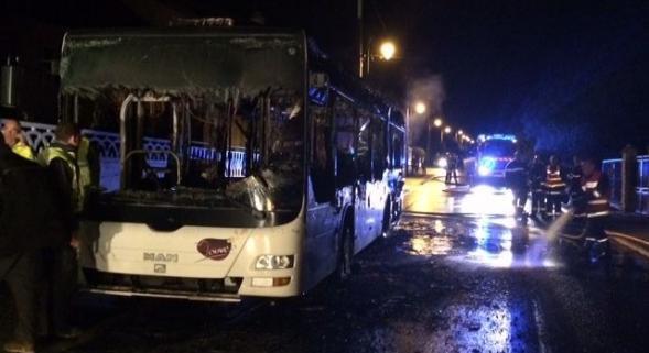 LUNDI 17 NOVEMBRE 2014 - UN CAR SCOLAIRE EN FEU A CHOUILLY