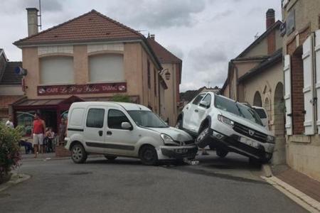 LUNDI 29 AOÛT 2016 - ACCIDENT SPECTACULAIRE EN PLEIN CENTRE D'OGER