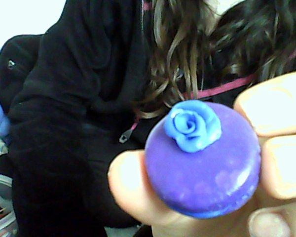 macaron pate fimo avec une rose