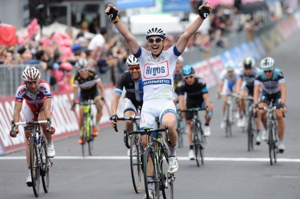 Tour d'Italie 2013 (5eme étape) : Degenkolb profite d'une chute pour surprendre le peloton...