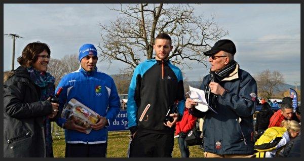 """Cross Open du lac d'Atuech, Massillargues-Atuech près d'Anduze (30), photos du podium d'après course; Podium catégorie senior 1er Frédéric GIBERT (ACN Anduze) 5eme au scratch en 15'08""""; 2eme Cyril MAURY (Alès Cévennes Athlétisme) 7eme au scratch en 15'12"""""""