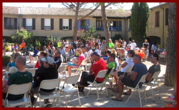 12e edition foulees des garrigues Mejannes le Clap 2015, les spectateurs pour le podium, place aux herbes de Mejannes