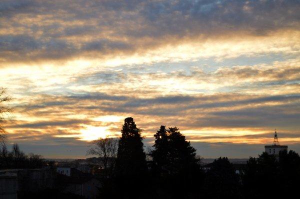 Lever du soleil sur Alès, temps nuageux