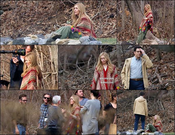 Voici d'autres photos du tournage de ce 11mars à New York sur la place du jeu de la nouvelle série de Woody Allen à laquelle il participe. La perruque blonde Miley nous rappelle a tous le rôle qu'elle a joué dans Hannah Montana.