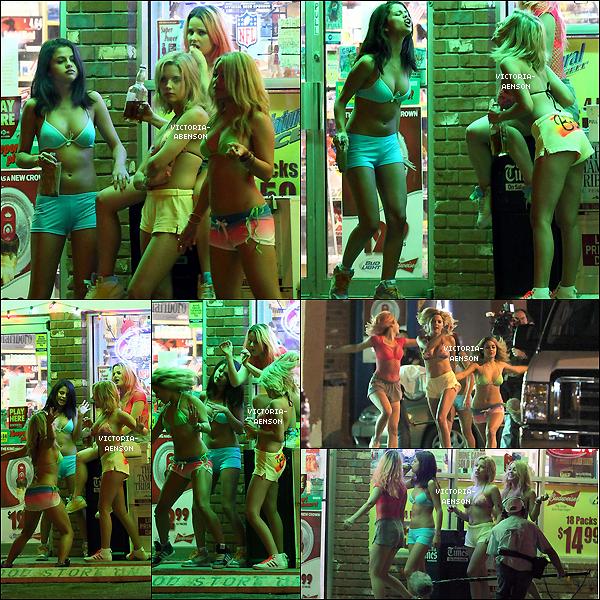 """. 14/03/2012 AshleySelena ,Vanessa et Rachelsurle tournage de """"Spring Breakers """"sur la plage ."""