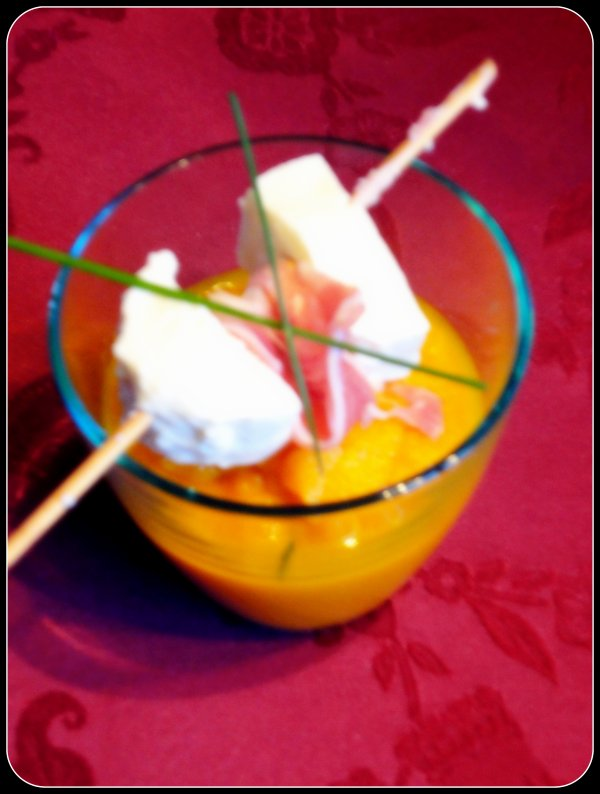 Velouté glacé de carottes, poivrons orange et brochette mozzarella poitrine